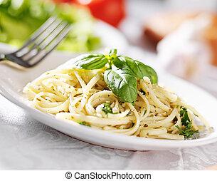 Plato de espagueti italiano con salsa de pesto
