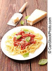 Plato de espagueti, salsa de tomate, parmesano y albahaca