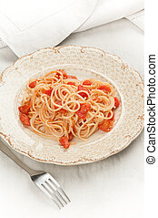 Plato de espagueti y salsa de tomate