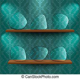 Platos de vidrio en los estantes