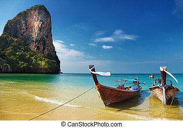 Playa tropical, mar de hombres, Tailandia