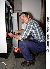 Plumber arreglando calentador