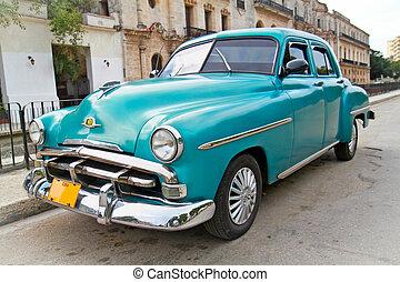 Plymouth azul clásico en Havana. Cuba.