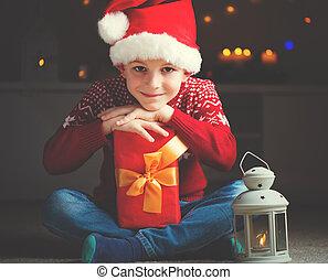 poco, claus, lindo, santa, niño, latern, regalo, sombrero, esperar, rojo