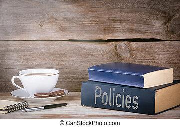 Políticas. Un montón de libros en un escritorio de madera