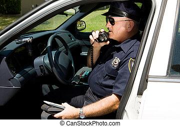 Policía, llamando por radio