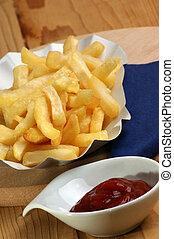 Pommes gordos con ketchup en un plato de papel