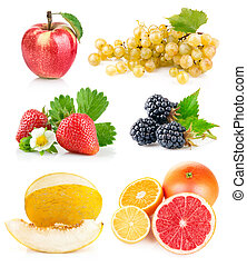 Pon frutas frescas con hojas verdes