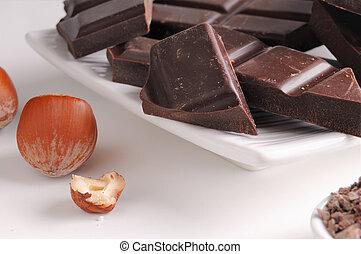 Porciones de chocolate con avellanas en un plato de cerca