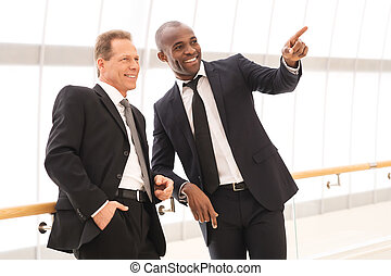 posición, ellos, señalar, empresa / negocio, personas., hombres, dos, uno, alegre, mientras, otro, cada, cierre, sonriente, lejos