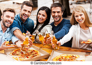 posición, feliz, grupo, gente, extensión, joven, you!, mientras, aclamaciones, cerveza, otro, aire libre, botellas, cada, vinculación, afuera