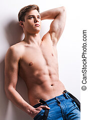 posición, hombre, tenencia, pared, joven, muscular, gris, bolsillo, mientras, contra, plano de fondo, propensión, masculinity., mano, verdadero, guapo