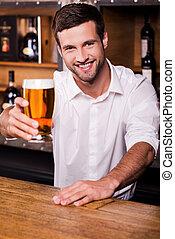 posición, mí, mientras, extensión, barra, camisa, extinguir, mostrador, jóvenes masculinos, blanco, vidrio, cerveza, dejar, barman, sonriente, guapo, su, thirst!, afuera
