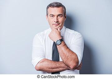 posición, sobre, camisa, mientras, pensamiento, problems., plano de fondo, gris, contra, mano, mirar, pensativo, cámara, barbilla, maduro, tenencia, corbata, su, hombre
