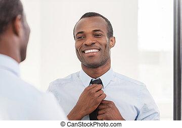 posición, sobre, el suyo, corbata, look., ajuste, africano, joven, contra, confiado, mientras, espejo, hombre