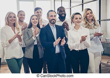 positivo, solución, uso, mujer hombre, empresa / negocio, compañía, estación de trabajo, estrategia, lugar de trabajo, sala juntas, desarrollo, formal, decidir, informe, gente, ropa, foto, tener