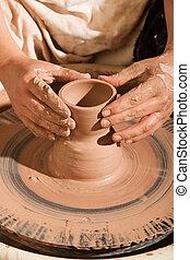 Potter moldeando arcilla