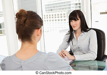preguntas, ella, escritorio, escucha, mujer de negocios, candidato, sentado