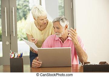 Preocupados por una pareja de ancianos con portátil en casa