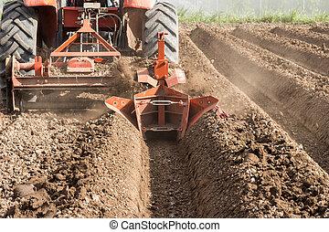 Preparación de tractores de suelo trabajando en la agricultura de campo.