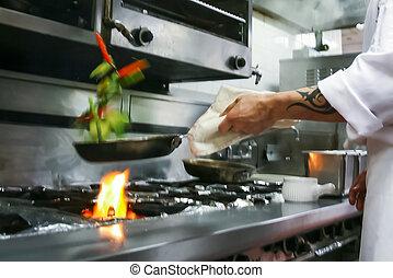 Preparando comida en el restaurante