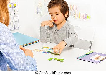 preschooler, niño, juego, tarjeta, revelado