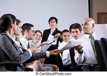 Presentación de negocios en grupo entregando papeles