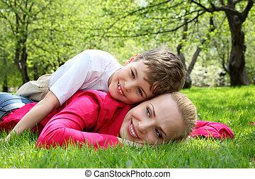 primavera, parque, espalda, hijo, mentiras, madre, pasto o césped, acostado