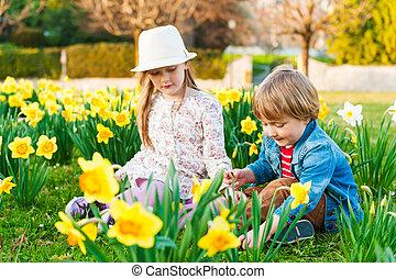 primavera, soleado, juego, flores, adorable, niños, día, agradable