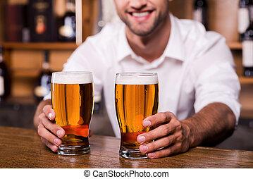 primer plano, anteojos, thirst!, afuera, extensión, guapo, camisa, jóvenes masculinos, posición, mientras, extinguir, su, barman, cerveza, sonriente, mostrador, barra, blanco