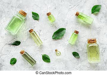 Productos de cuidado de la piel con aceite de árbol de té en botellas de piedra gris fondo de primera vista