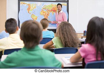 Profesor de escuela primaria en clase de geografía