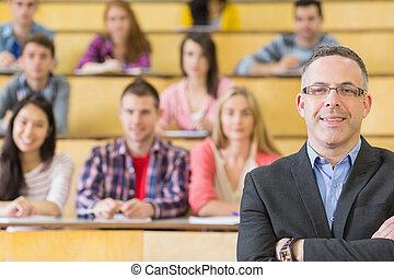 Profesor elegante con estudiantes sentados en la sala de conferencias