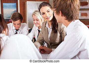 Profesor interactuando con estudiantes