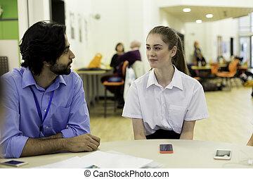 Profesor y estudiante charlando
