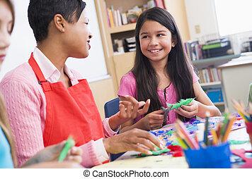 Profesor y estudiante en clase de arte (centro selectivo)