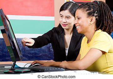 Profesora enseñando a estudiante adulto