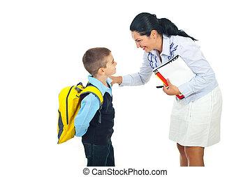 Profesora hablando con colegial