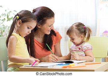 Profesora trabajando con niños en la clase de preescolar
