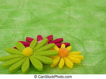Profundidad de primavera. Flores de fondo de sisal verde.