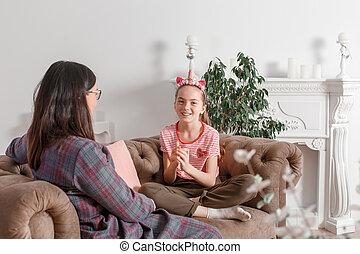 psicólogo, children., sonriente, psicológico, hablar, oficina., el suyo, adolescente, niño, ayuda, niña, adolescente
