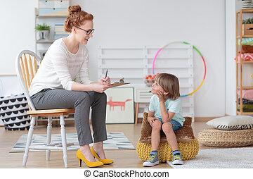 Psicólogo hablando con el niño