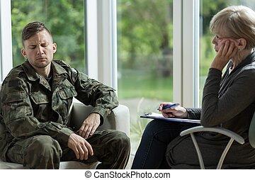 Psicólogo hablando con soldado desesperado