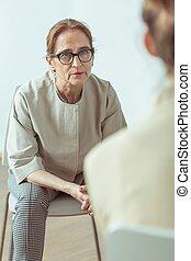 Psicoterapeuta hablando con el paciente