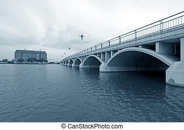 Puente a través del río