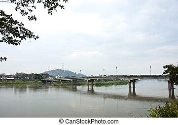 Puente a través del río.