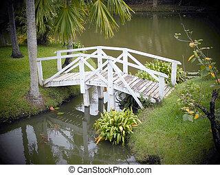 Puente cruzando el río