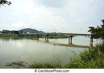 Puente cruzando el río.