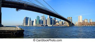 Puente de Brooklyn y vista panorámica bajo Manhattan, Nueva York