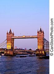 Puente de torre en Londres al atardecer